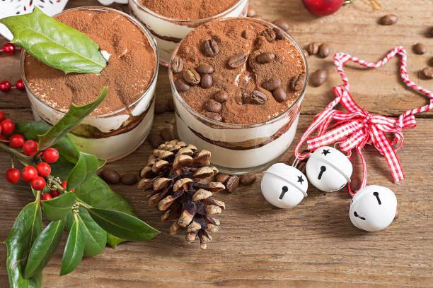 tiramisu  - weihnachtlich tiramisu stock-fotos und bilder