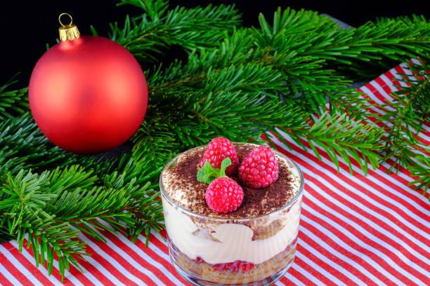 tiramisu mit frischen himbeeren als dessert für das weihnachtsessen. - himbeer mascarpone dessert stock-fotos und bilder