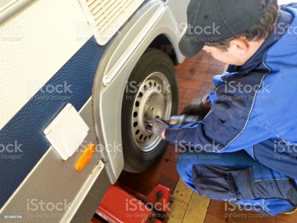 Reifen Sie-Monteur Reifenwechseln auf einen Wohnwagen – Foto