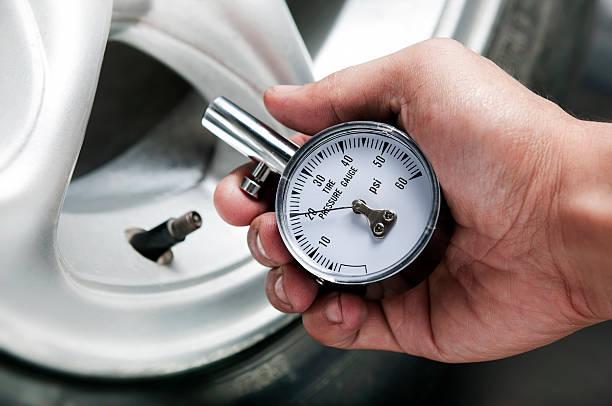 reifen gauge - checking stock-fotos und bilder