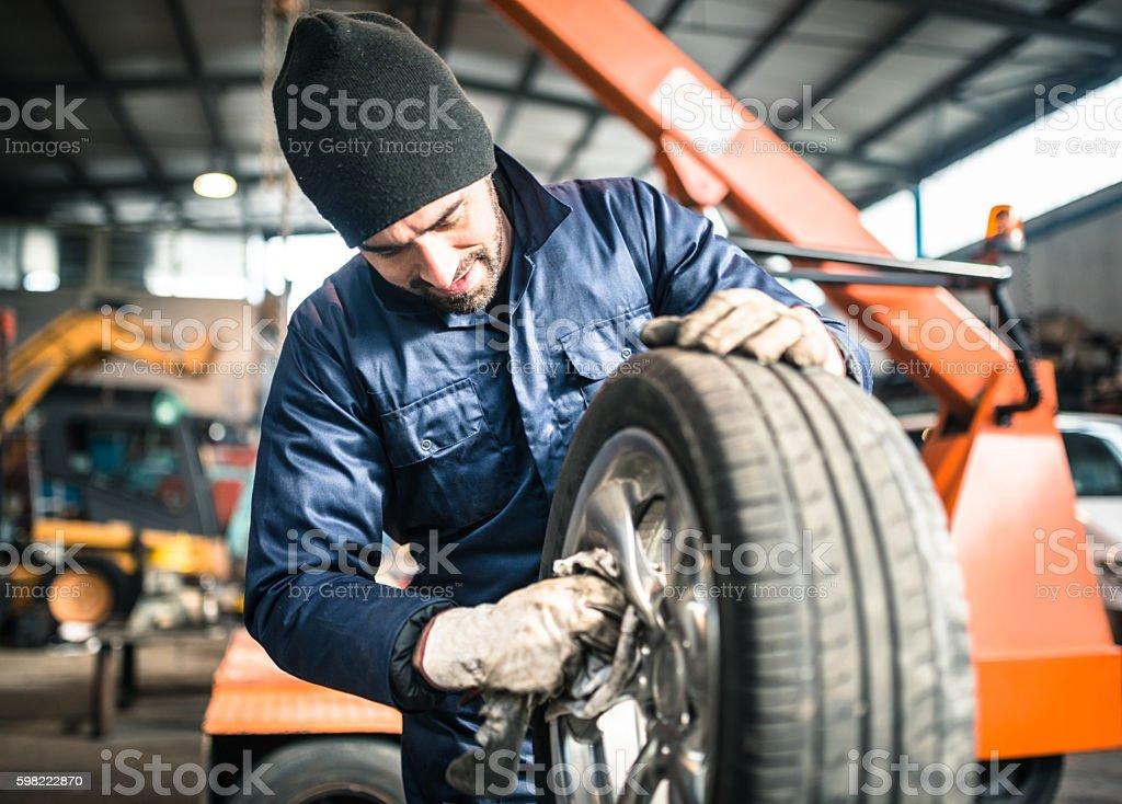 tire repairer Verificar a integridade de pneu foto royalty-free