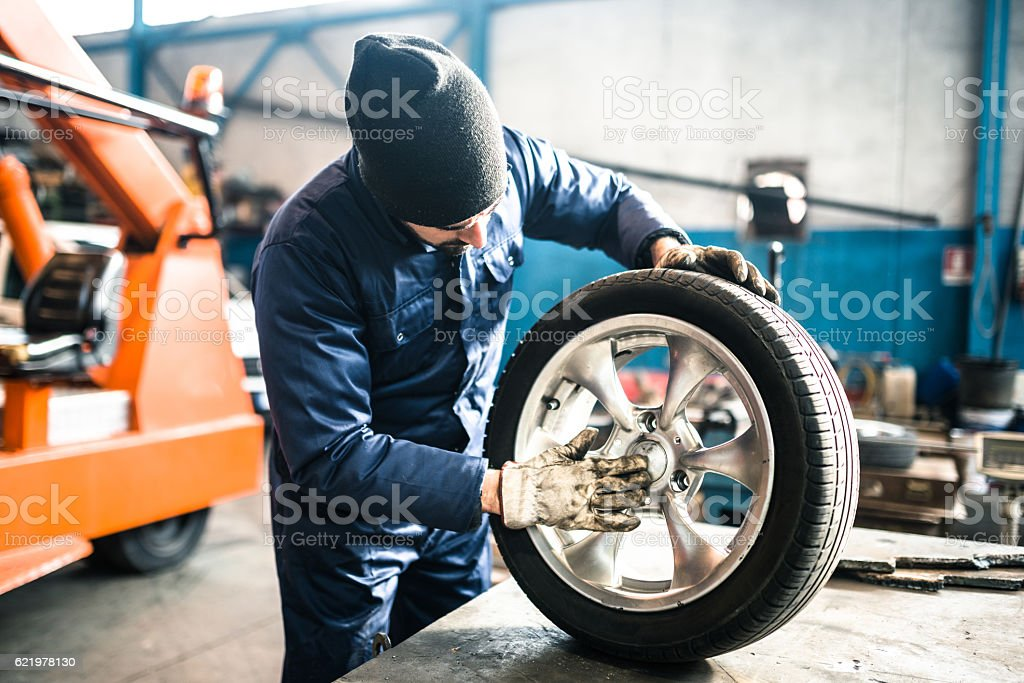 tire repairer checking the tire integrity​​​ foto