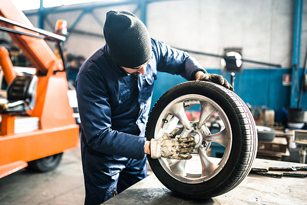 tire repairer checking the tire integrity foto
