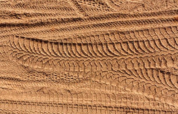 reifen spuren im sand. - spur stock-fotos und bilder