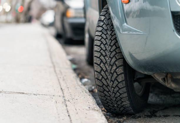 neumático convertido en la acera - aparcamiento en una colina - inmóvil fotografías e imágenes de stock
