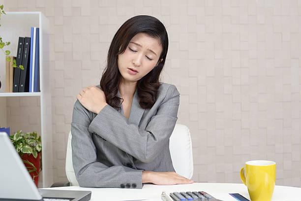 müde asiatische geschäftsfrau - schultersteife stock-fotos und bilder