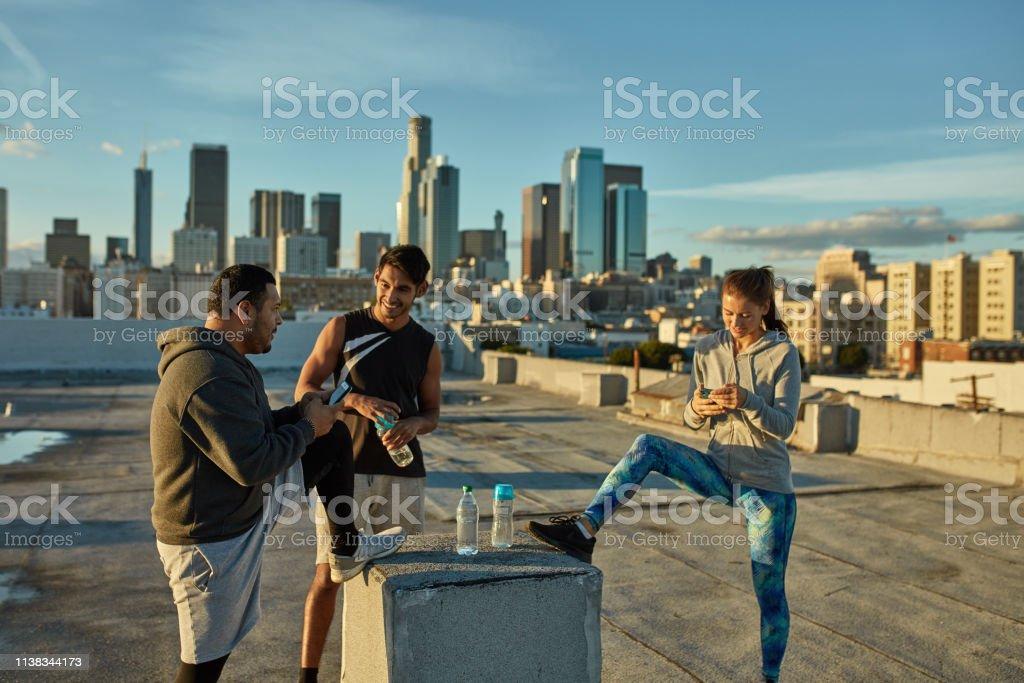 Los Atletas Cansados Hablando En La Terraza Del Edificio