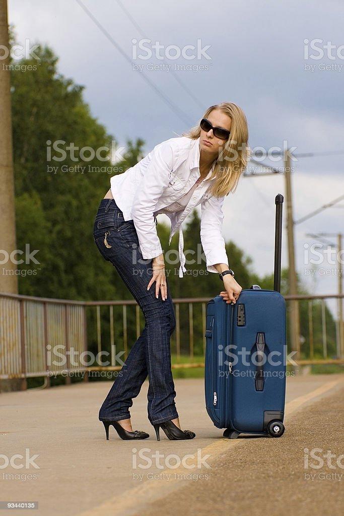 Müde schöne Junge Frau mit großen Koffer Lizenzfreies stock-foto