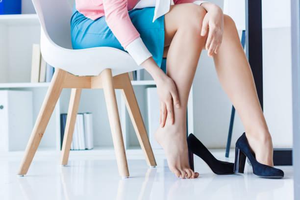 vermoeide schoonheid benen van vertrouwen business woman - bloedvat stockfoto's en -beelden