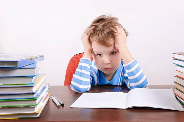 Müde junge sitzend am Schreibtisch Hände halten zu fahren – Foto