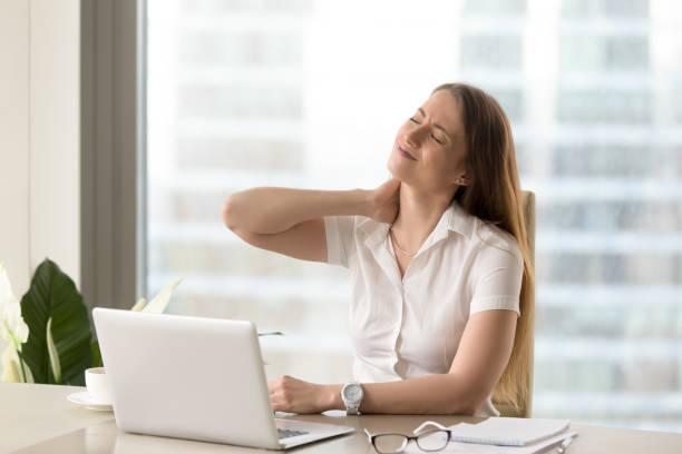 trött affärskvinna lidande av office syndrome - kronisk sjukdom bildbanksfoton och bilder