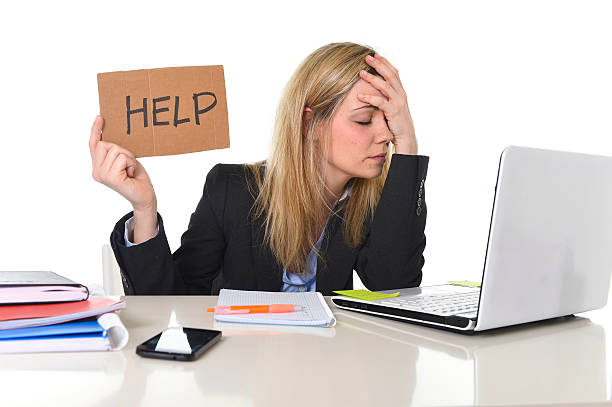 Müde Geschäftsfrau, die unter Spannung der Arbeit im Büro um Hilfe bitten – Foto