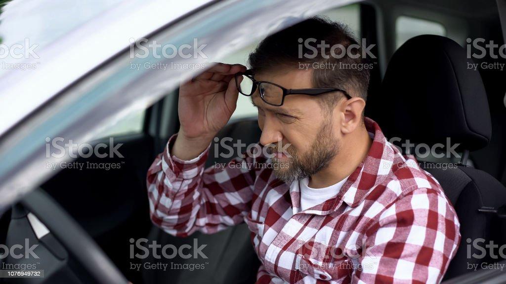 Conductor cansado toma las gafas de vista enfermedad, debilidad de la salud, salud - Foto de stock de Adulto libre de derechos