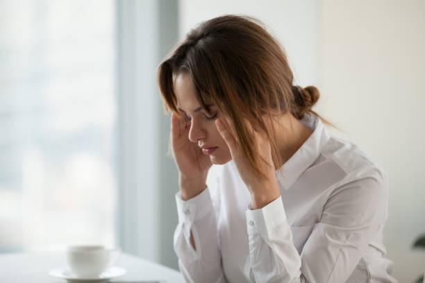 trött utmattad affärskvinna känsla stark huvudvärk på jobbet att röra tempel - hormon bildbanksfoton och bilder
