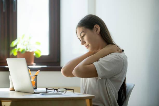 trött utmattad kvinna sitta och koppla av i office - kronisk sjukdom bildbanksfoton och bilder