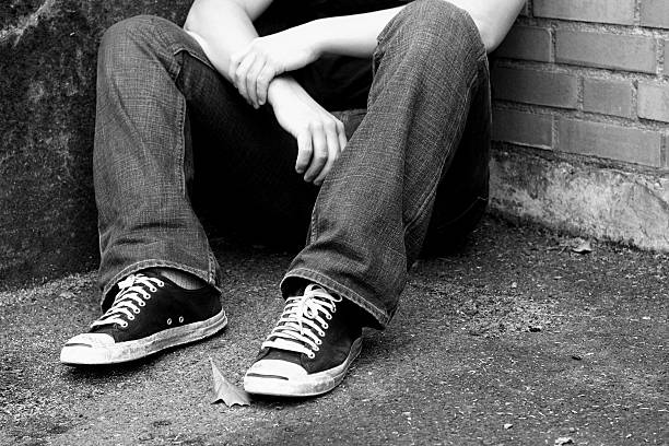 müde füße - schwarze hohe schuhe stock-fotos und bilder