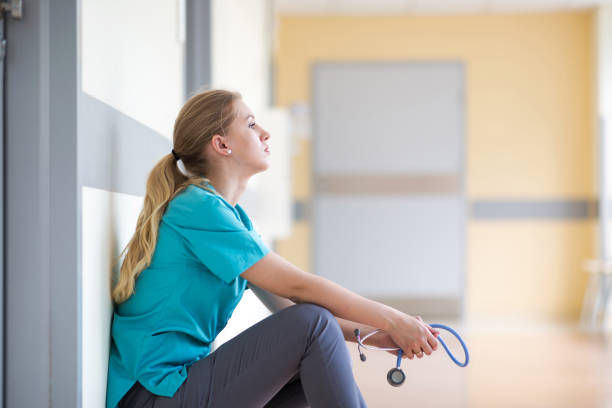 Müde Weibliche Krankenschwester im Krankenhaus Korridor – Foto