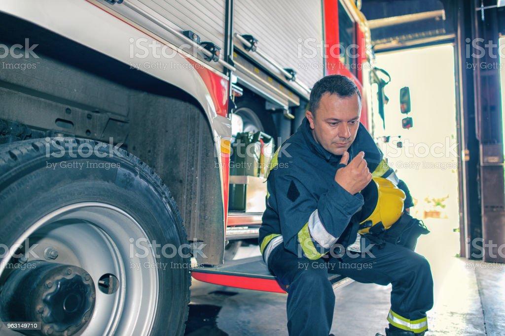 Trött brandman - Royaltyfri Allvarlig Bildbanksbilder