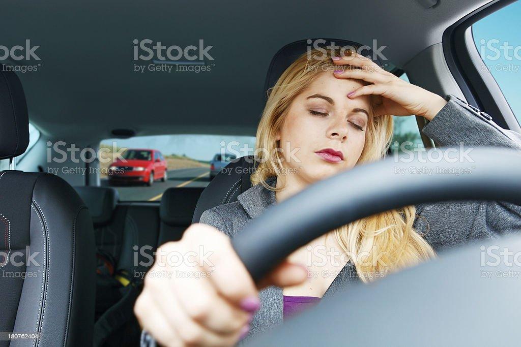 Müde Mädchen Fahren ein Auto Lizenzfreies stock-foto