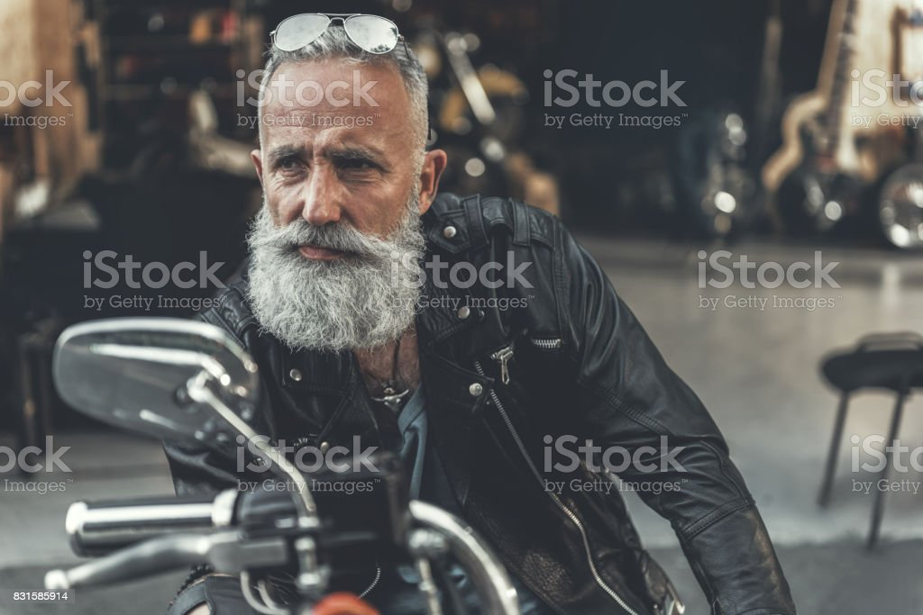 Tired glance of old man on bike стоковое фото