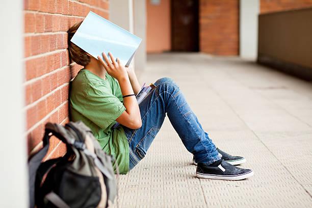 müde high school student - druck jeans stock-fotos und bilder