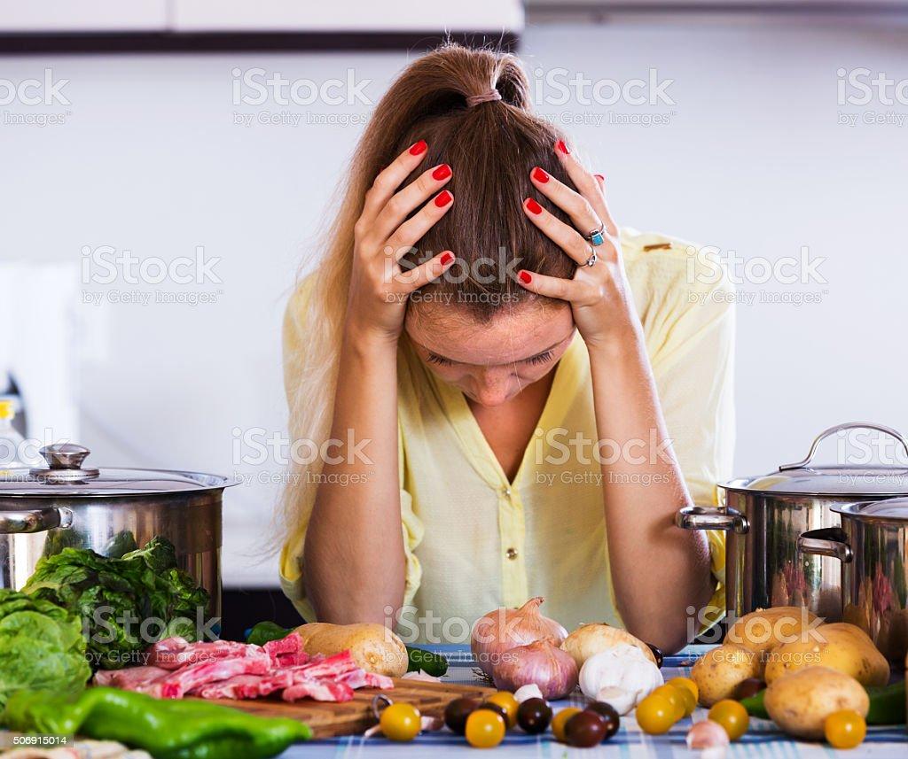 Dona de casa cansada na cozinha foto de stock royalty-free