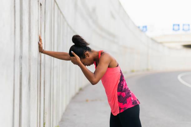 müde jogginganzug - migräne vorbeugen stock-fotos und bilder