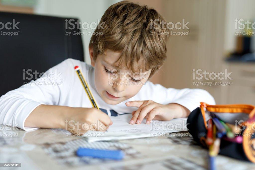 Müde Kind junge zu Hause machen Hausaufgaben Schreiben von Briefen mit bunten Stiften – Foto