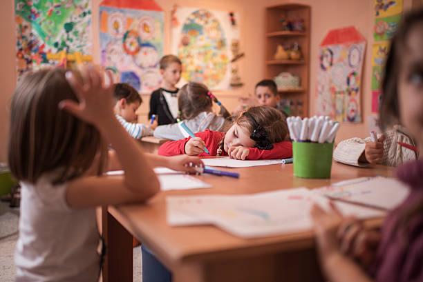 Müde Mädchen in einer Kunst-Klasse im Vorschulalter. – Foto
