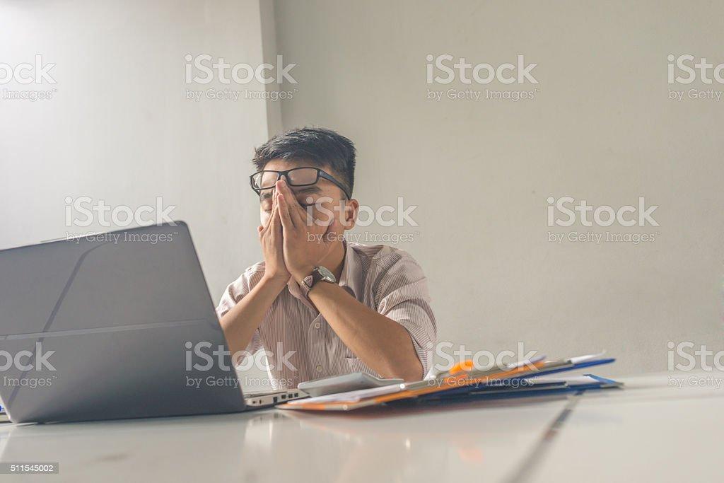 Homme fatigué au bureau fermé les yeux la pensée de lit u photos