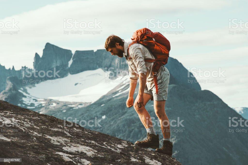Müde Menschen in Bergen mit Rucksack Norwegen Reisen Lifestyle Wanderurlaub harte Wanderung Konzept Abenteuer Sommer – Foto