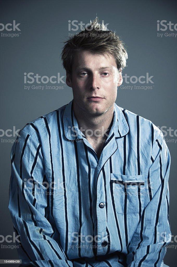 Homem cansado pijama - foto de acervo