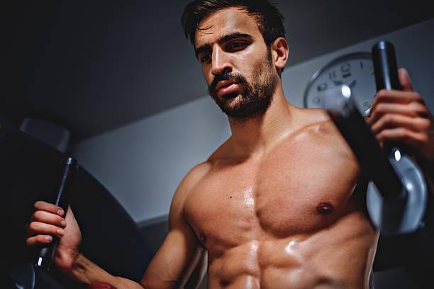 tired man in the gym looking down - mit muskelkater trainieren stock-fotos und bilder