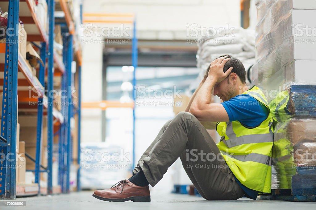 Müder Mann sitzt auf der couch mit einem Kopfschmerz – Foto