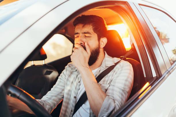 Müde Mann gähnt während der Fahrt sein Auto – Foto