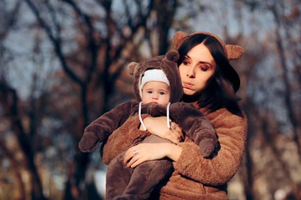 Müde Mutter halten verärgert Baby Tochter im Park – Foto