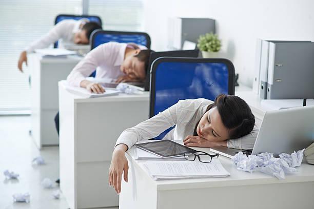 müde büro arbeitnehmer - traum team stock-fotos und bilder