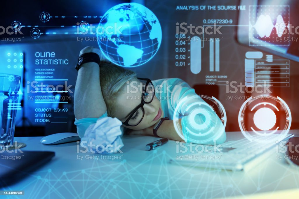 Fatigué de programmeur ayant une sieste tout en étant au travail et se sentir épuisé - Photo