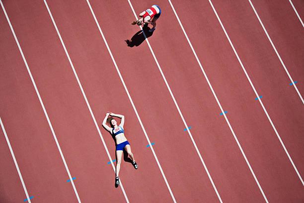 müde runner leg dich auf den weg - niederlage stock-fotos und bilder