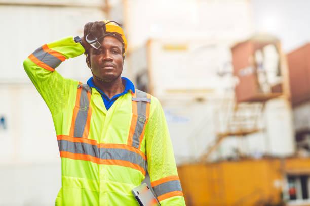 trött stress arbetare svettas från varmt väder på sommaren arbetar i hamn varor frakt logistikmark, svart afrikansk ras människor. - feber bildbanksfoton och bilder