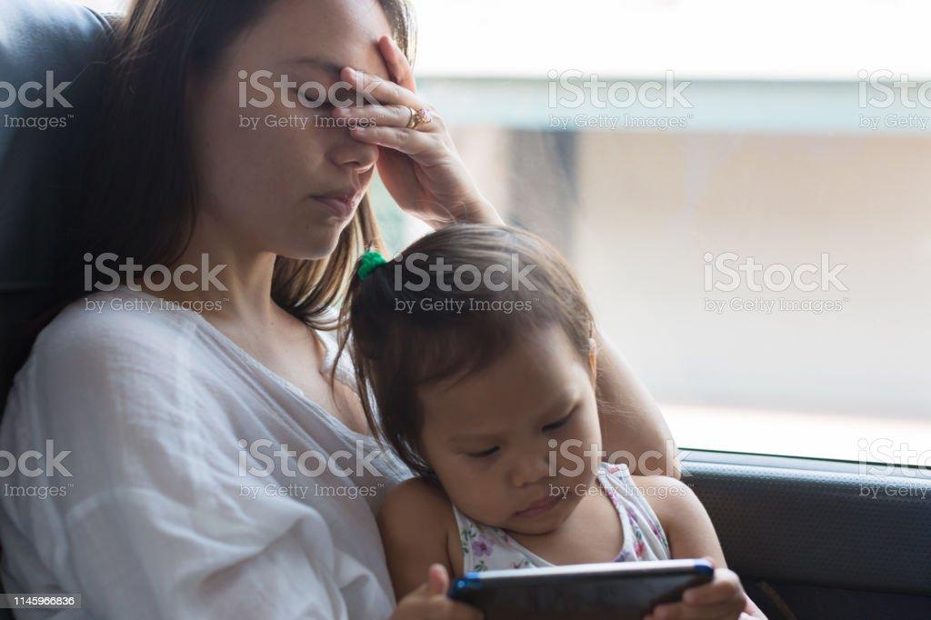 Müde gestresste Mutter macht ein Nickerchen mit ihrem Kind - Lizenzfrei Alleinerzieherin Stock-Foto