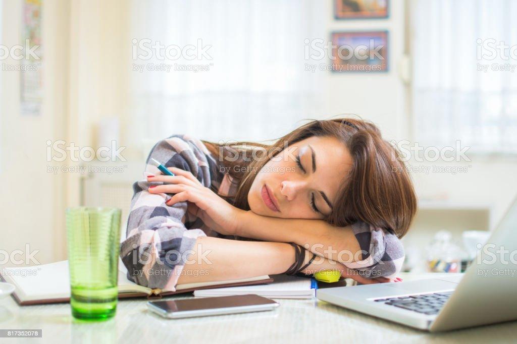 Étudiant fatigué dormir sur le bureau près de portable et des