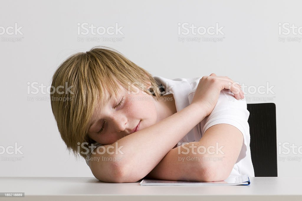 Fatigué détudiant dormir sur le bureau u photos et plus d images
