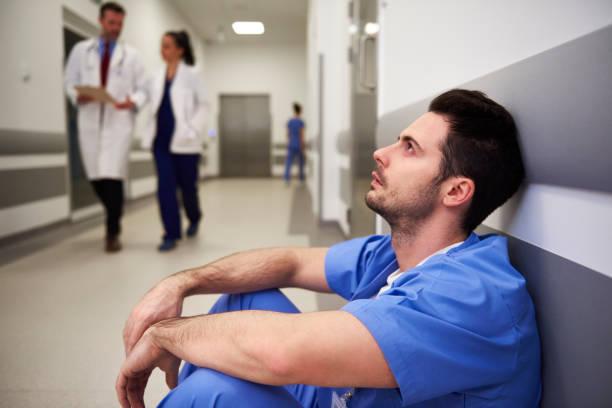 Müder Chirurg nach der Operation – Foto