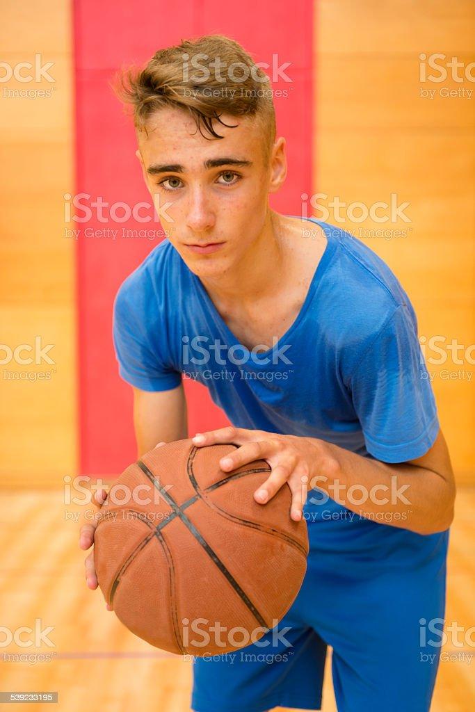Adolescente Cansados após jogar basquete no ginásio, a Europa foto royalty-free