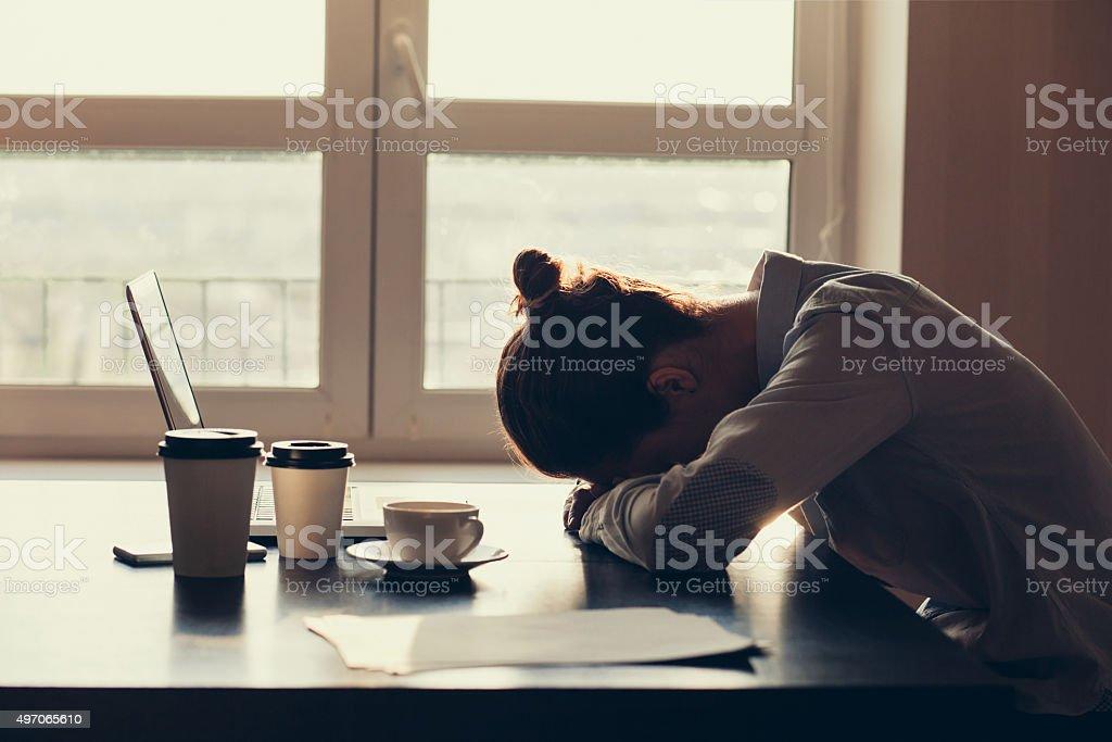 Cansado mujer en la oficina - foto de stock