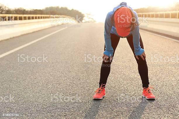 Müde Frau Läufer Eine Erholung Nach Dem Laufen Ist Anstrengend Stockfoto und mehr Bilder von Aktiver Lebensstil