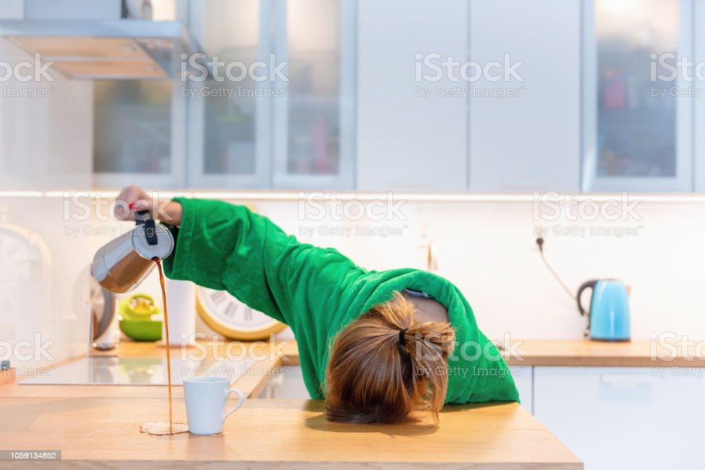 Mujer Cansada De Dormir Sobre La Mesa En La Cocina En El ...