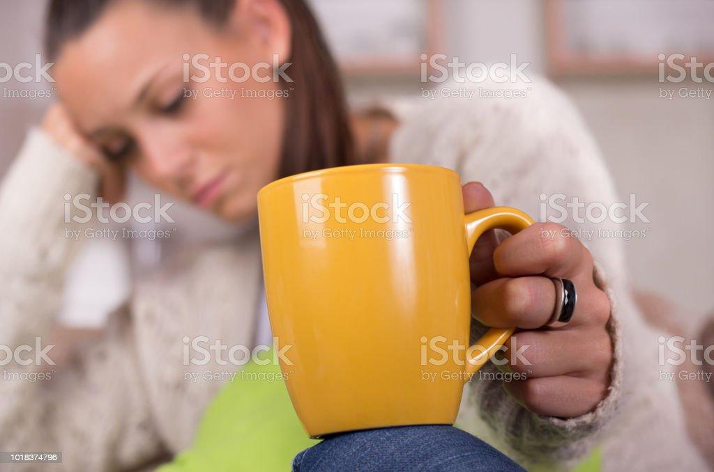 Müde Frau mit Tasse Kaffee – Foto