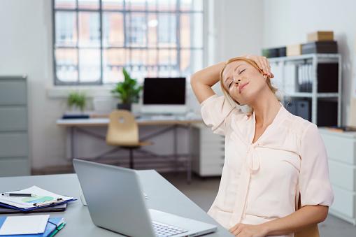 疲れた若いビジネスウーマン休憩を取る - 1人のストックフォトや画像を多数ご用意